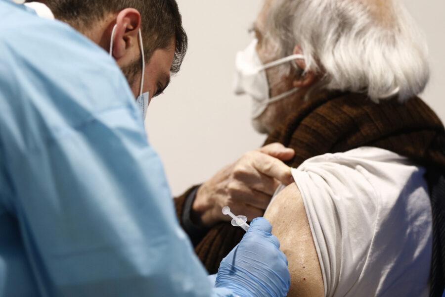Vaccini, Italia in drammatico ritardo: tra gli over 80 solo il 14% ha ricevuto due dosi