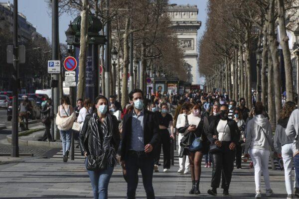 """Parigi al terzo lockdown, restano aperte le scuole: """"La terza ondata accelera velocemente"""""""