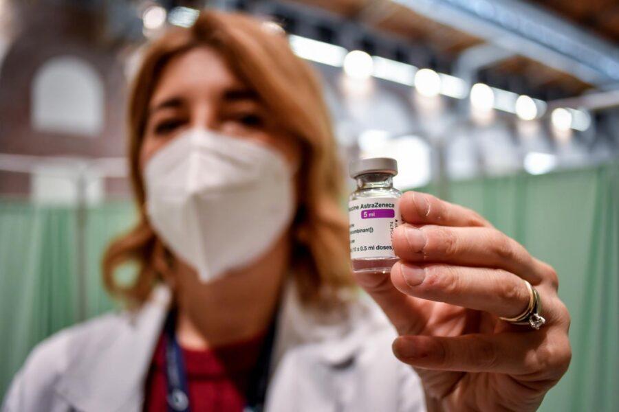 Perché un lotto di vaccino AstraZeneca è stato sospeso in Italia
