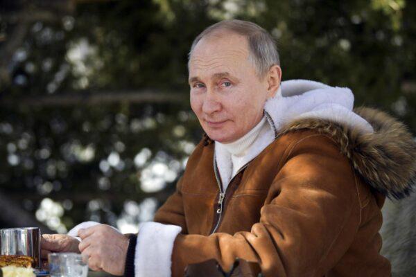 Putin è stato vaccinato contro il covid, ma l'Europa resta scettica su Sputnik