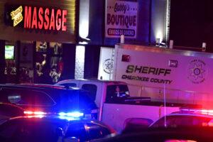 Atlanta, spari contro la comunità asiatica: strage in tre centri massaggi