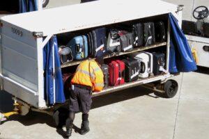 """Napoli, furti in aeroporto: """"Le spostiamo il bagaglio in stiva"""", e lo aprivano sulla pista"""