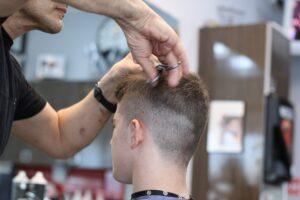 Deve tagliare i capelli in zona rossa: sindaco fa aprire barbiere per aiutare 15enne autistico