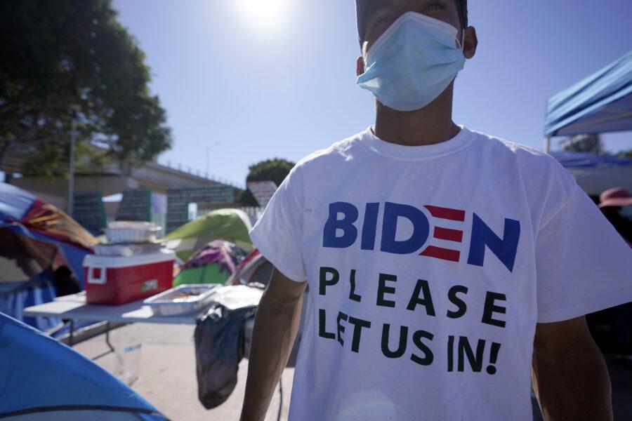"""I """"passi indietro"""" di Biden sui migranti: """"Costretti a rimandarli in Messico, devono aspettare"""""""