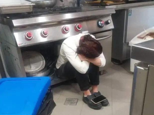 La storia di Camilla, lo sconforto nella foto simbolo dei ristoratori piegati dalla zona rossa
