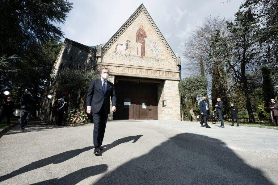 """Giornata nazionale per le vittime del Covid, Draghi: """"Mai più persone fragili senza assistenza"""""""