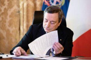 """""""Draghi ha rifiutato di mandare 13 milioni di vaccini in Africa"""", dalla Francia accuse al premier italiano"""