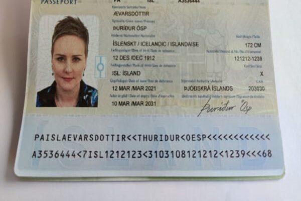 Foto CNN. Questo esempio di passaporto non è in uso, e le informazioni personali mostrate non sono reali.