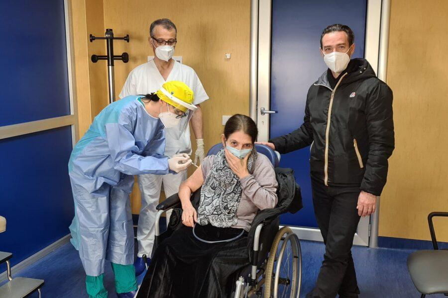 Pazienti oncologici, è la signora Raffaela la prima a vaccinarsi al Pascale