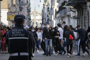ROMA SABATO POMERIGGIO NELLE VIE DEL CENTRO VIA DEL CORSO CONTROLLI POLIZIA LOCALE ROMA CAPITALE