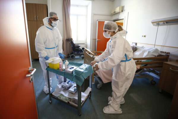 Risarcimenti per operatori sanitari contagiati, Inail lo riconosce anche ai No Vax