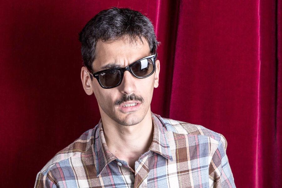 Chi è Valerio Lundini, il comico geniale che smonta la comunicazione tv