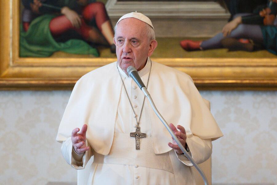 La crisi arriva persino in Vaticano: conti in rosso e il Papa 'costretto' a tagliare gli stipendi
