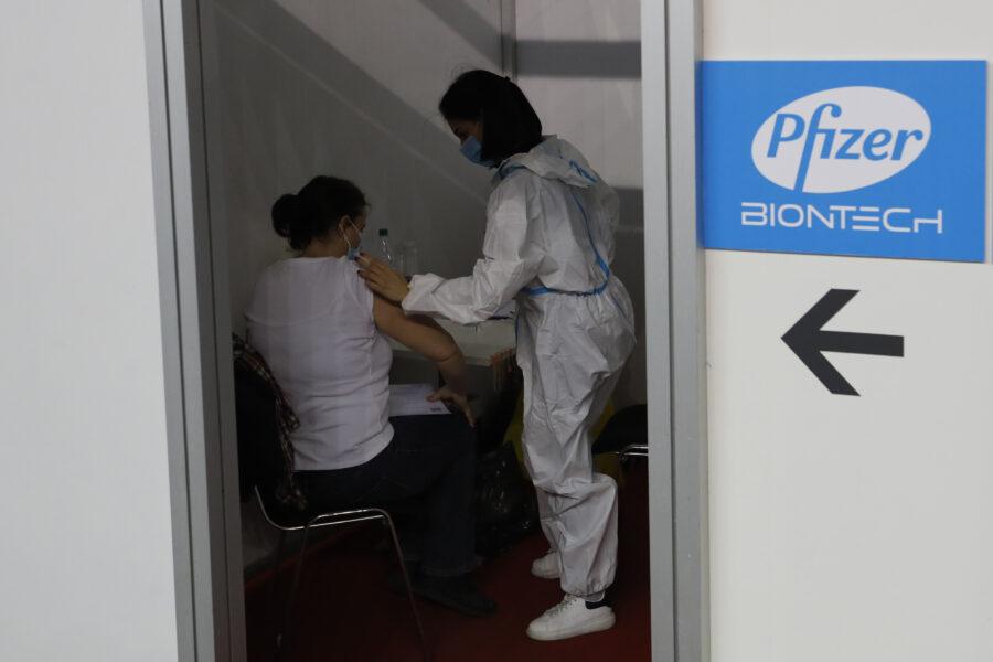 "Hong Kong e Macao sospendono due lotti di vaccino Pfizer: ""Imballaggi difettosi"""