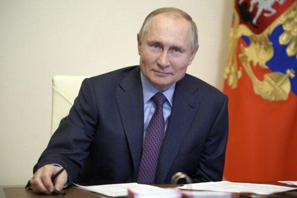 """Il Cremlino nasconde il vaccino somministrato a Putin: """"Quelli russi sono tutti sicuri"""""""