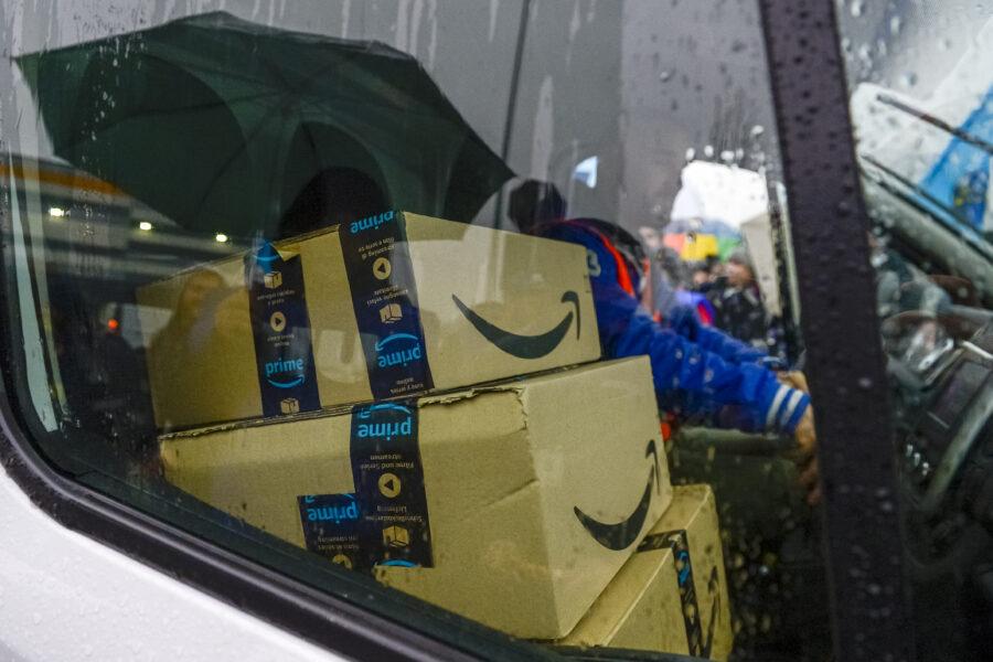 """Sciopero Amazon in tutta Italia, parlano i dipendenti: """"Lavoro massacrante, qualcuno sviene"""""""