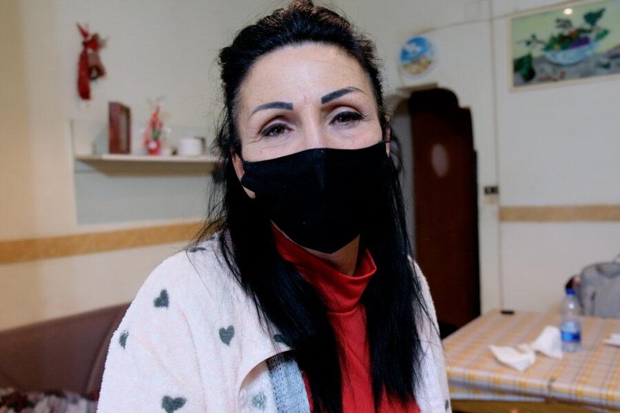 """""""Sola con mamma allettata e fratello disabile, lo Stato mi ha abbandonata"""": il grido d'aiuto di Tiziana"""