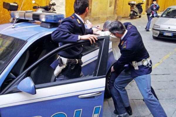 Scappa di casa e fa arrestare il padre violento: lo legava con un guinzaglio all'auto