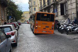 A Napoli non sprofondano solo le strade, ma anche la credibilità dei politici
