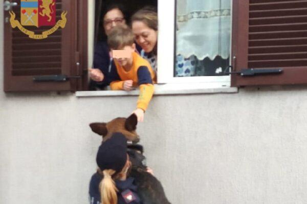 Emanuele in dad chiede di accarezzare il cane poliziotto: l'agente lo solleva alla sua finestra
