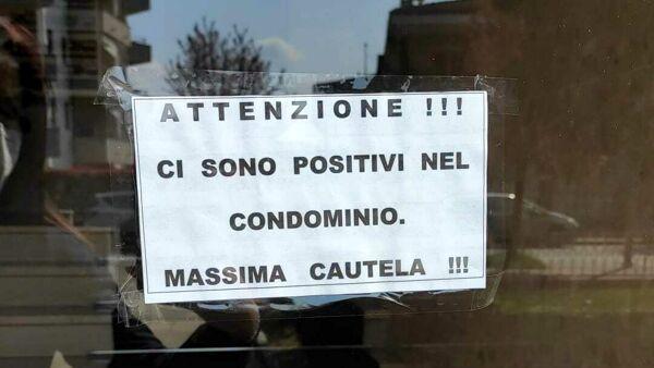 """""""Attenzione, positivi nel condomino"""": è caccia all'appestato dopo 12 mesi di covid"""