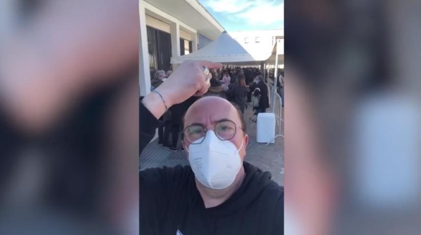 """Dal red carpet al centro vaccinale, lo show senza vergogna dell'attore Maurizio Casagrande: """"C'è la fila"""""""