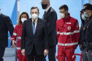 """Draghi rilancia su vaccinazioni e restrizioni: """"Ce la faremo, sosterremo le famiglie con un nuovo scostamento di bilancio"""""""