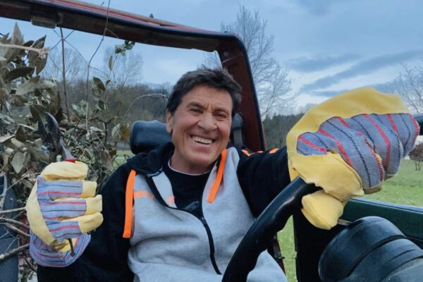 Incidente per Gianni Morandi, ricoverato d'urgenza per ustioni