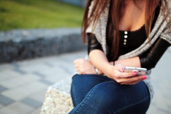 Revenge porn, 17enne diffonde fotomontaggio hot della fidanzatina 13enne: una 'vendetta' per gelosia