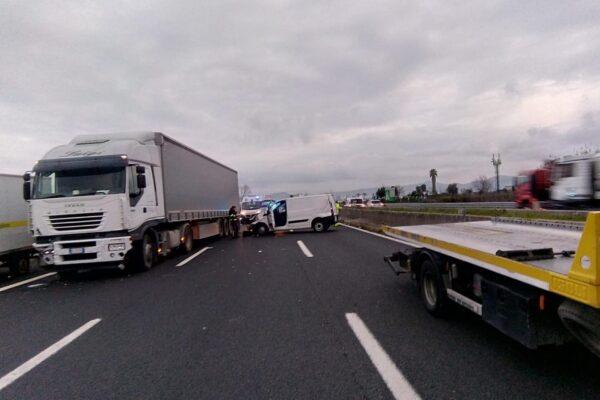 Carambola in autostrada tra tir, furgone e auto: ferito trasportato d'urgenza in ospedale