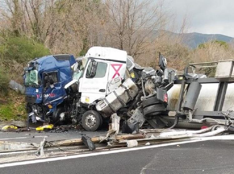 Schianto frontale tra tir sull'A10, uno si ribalta per l'impatto: gravissimi i conducenti