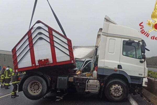 Scontro tra auto, tir e furgone sull'A1: muore un 46enne, code fino a 9 chilometri