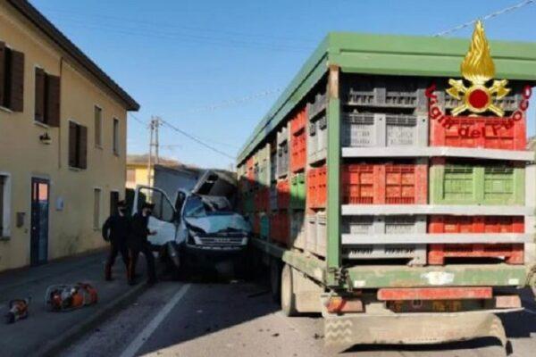 Schianto contro un trattore, muore sul colpo alla guida di un furgone: fatale l'impatto frontale