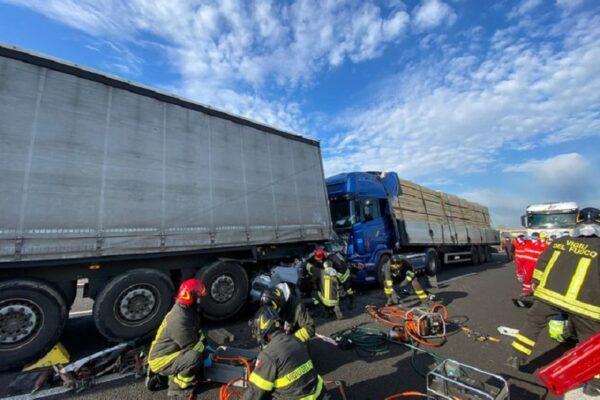 Camionista si addormenta al volante e tampona un'auto, ragazza muore schiacciata tra due tir in autostrada