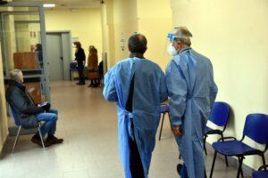CAMPAGNA VACCINI COVID 19 ANZIANI OVER 80 OSPEDALE NIGUARDA PERSONALE SANITARIO INFERMIERE INFERMIERI