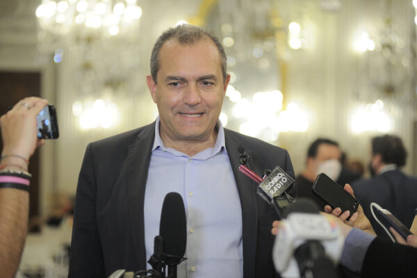 La fuga di de Magistris, sindaco a distanza del governo in esilio