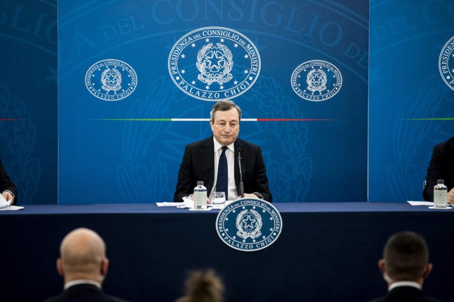 """I partiti litigano ma Draghi va per la sua strada: """"Vaccini prima emergenza economica"""""""