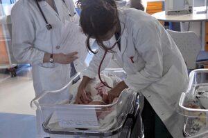 """Vaccinata contro il Covid a poche settimane dal parto, mette al mondo bimba con anticorpi: """"È il primo caso al mondo"""""""