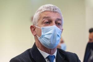 """Show di Morra contro i medici, con la scorta all'Asl li insulta per i parenti non convocati: """"Siete degli incapaci"""""""