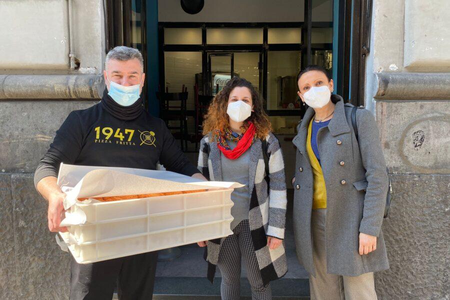 """Enzo Durante regala le pizze fritte ai senza tetto: """"La zona rossa non ci fa lavorare? Non sprechiamo il cibo, doniamo a chi ne ha bisogno"""""""