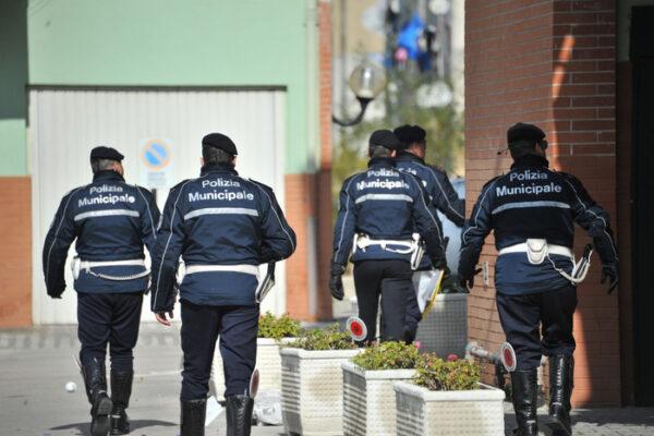 """""""La mascherina non la metto"""", vigili aggrediti a Napoli: nascondeva un coltello da 18 centimetri"""