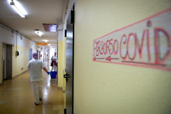 """Terapia col cortisone a casa, così aumentano i giovani ricoverati per Covid: """"Medici impazziti"""""""
