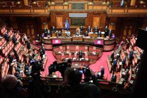 Vitalizio, il Pd cede al populismo a 5 Stelle: via libera alla mozione per la revoca agli ex parlamentari condannati