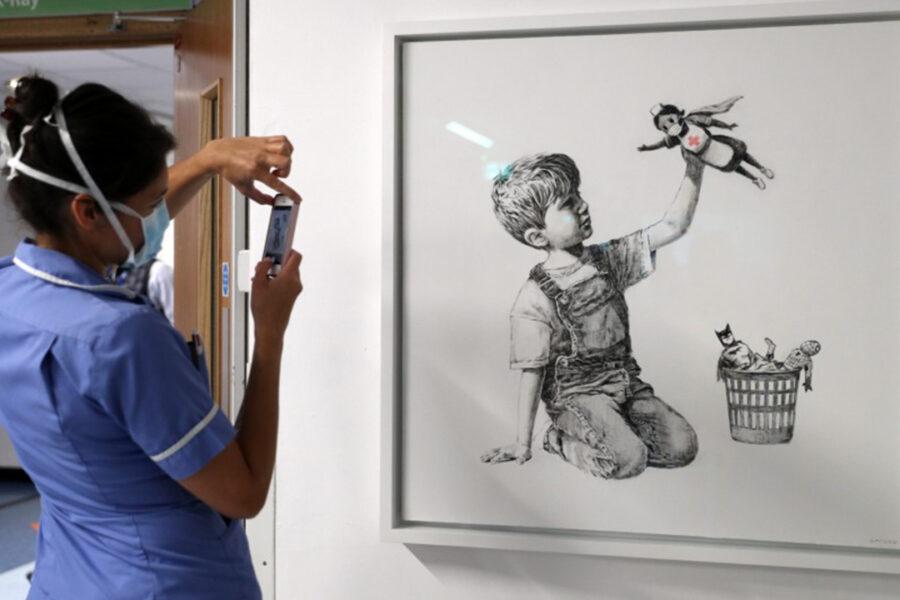 Game Changer di Banksy sarà venduto: va all'asta il tributo a chi combatte il Covid e stimato 4 milioni