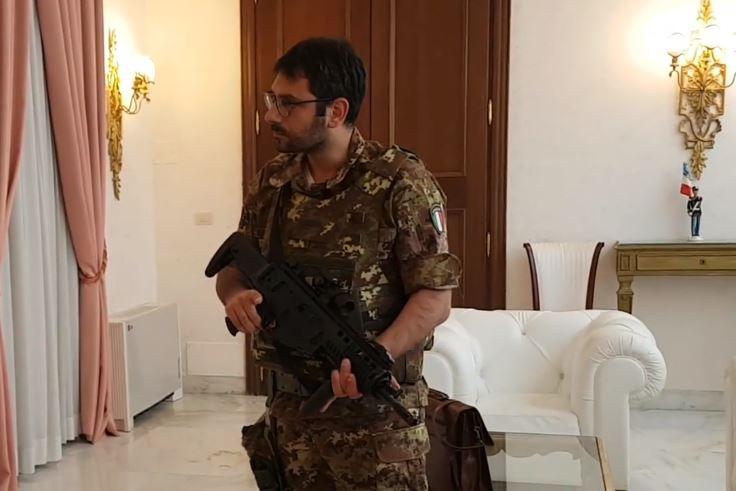 Tofalo e l'alloggio dell'Aeronautica che mantiene senza diritto: la Difesa sfratta l'ex sottosegretario grillino