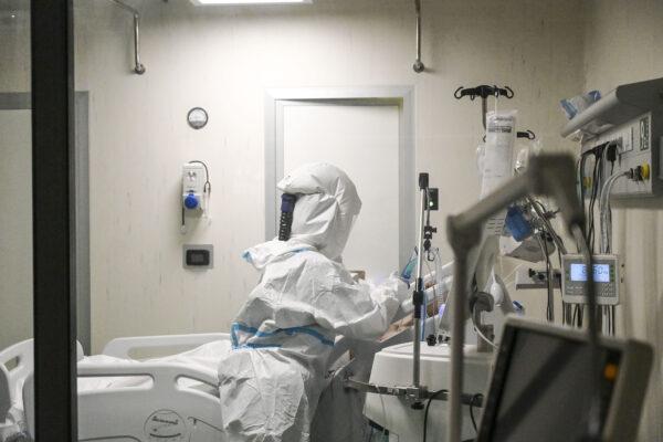 Coronavirus, oltre 12mila nuovi casi e 390 morti in 24 ore: calano ricoveri e terapie intensive