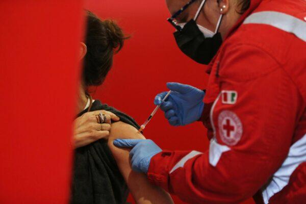 """Scudo penale per i vaccinatori, i medici chiedono di fermare la magistratura: """"Inaccettabile il rischio di indagini"""""""