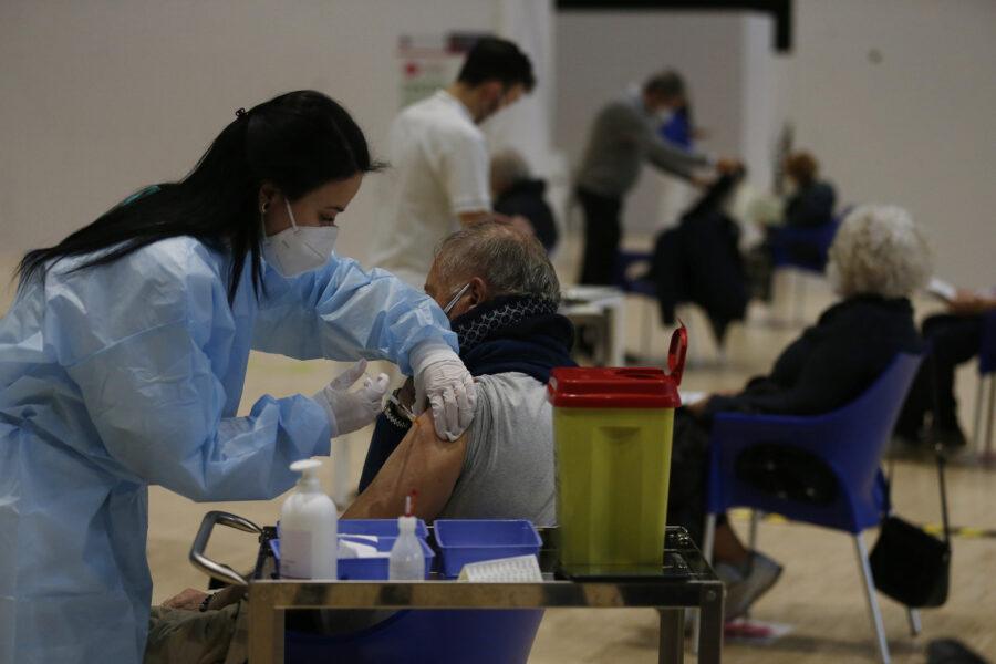 Caos vaccini, taglio delle forniture di AstraZeneca: atteso il nuovo verdetto Ema