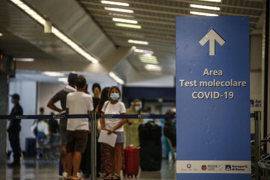 Volo dall'India sbarcato a Fiumicino, a bordo 23 positivi su 223: attesa per stabilire se sono casi di variante indiana