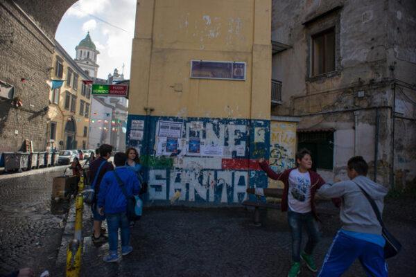 """Spari in strada a Napoli, feriti due ragazzini di 14 e 15 anni: """"Ci stavano rapinando"""""""